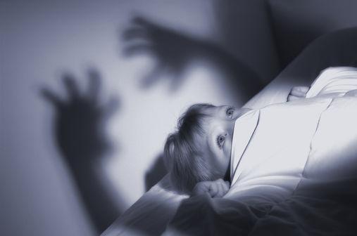 Ребенок боится темноты, врачей, Бабы-Яги: что